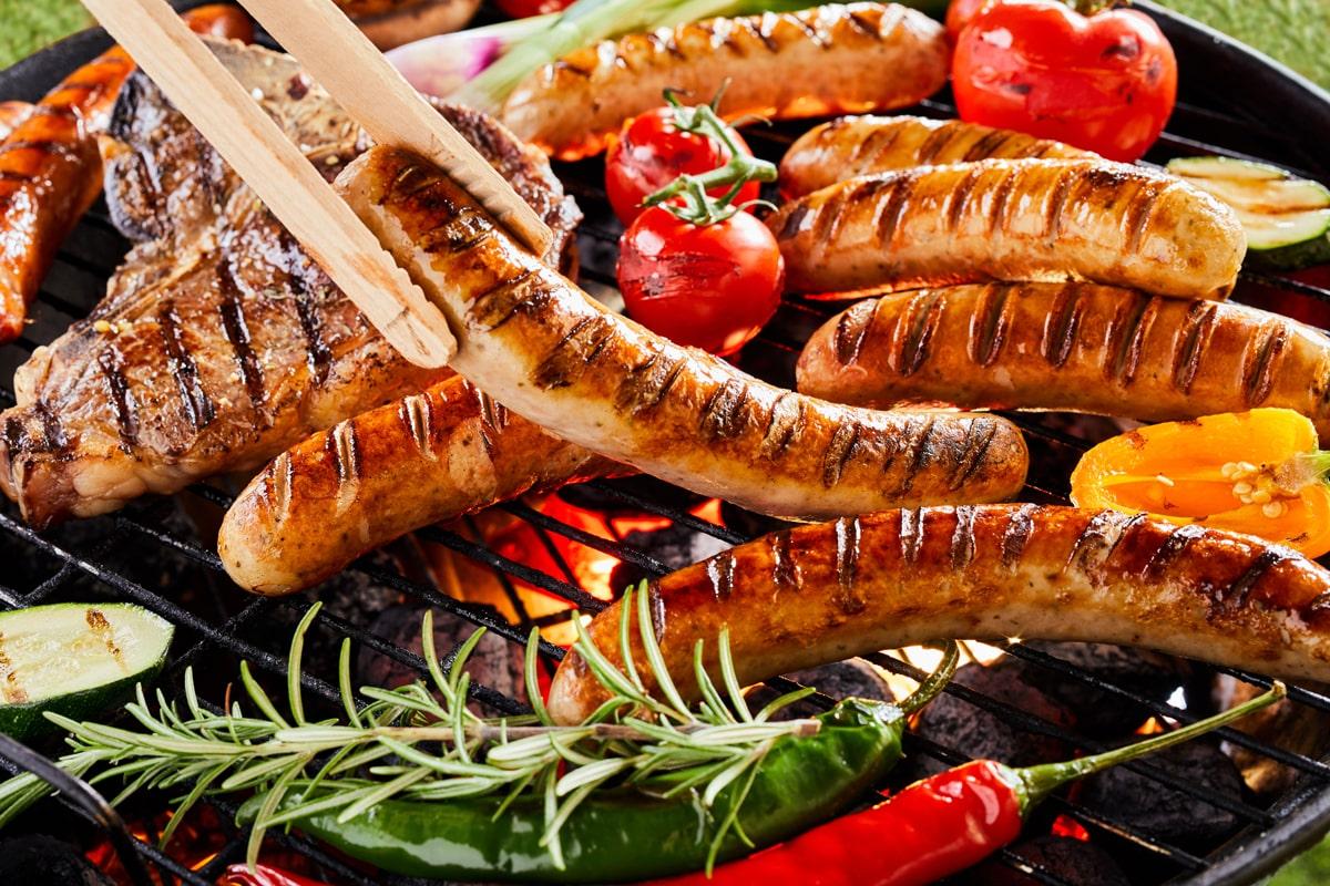 Die knackige Bratwurst bleibt die Nummer eins auf deutschen Grills