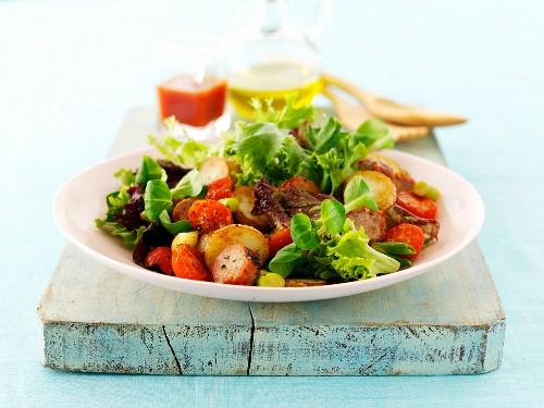 Gartensalat mit Bratwurst