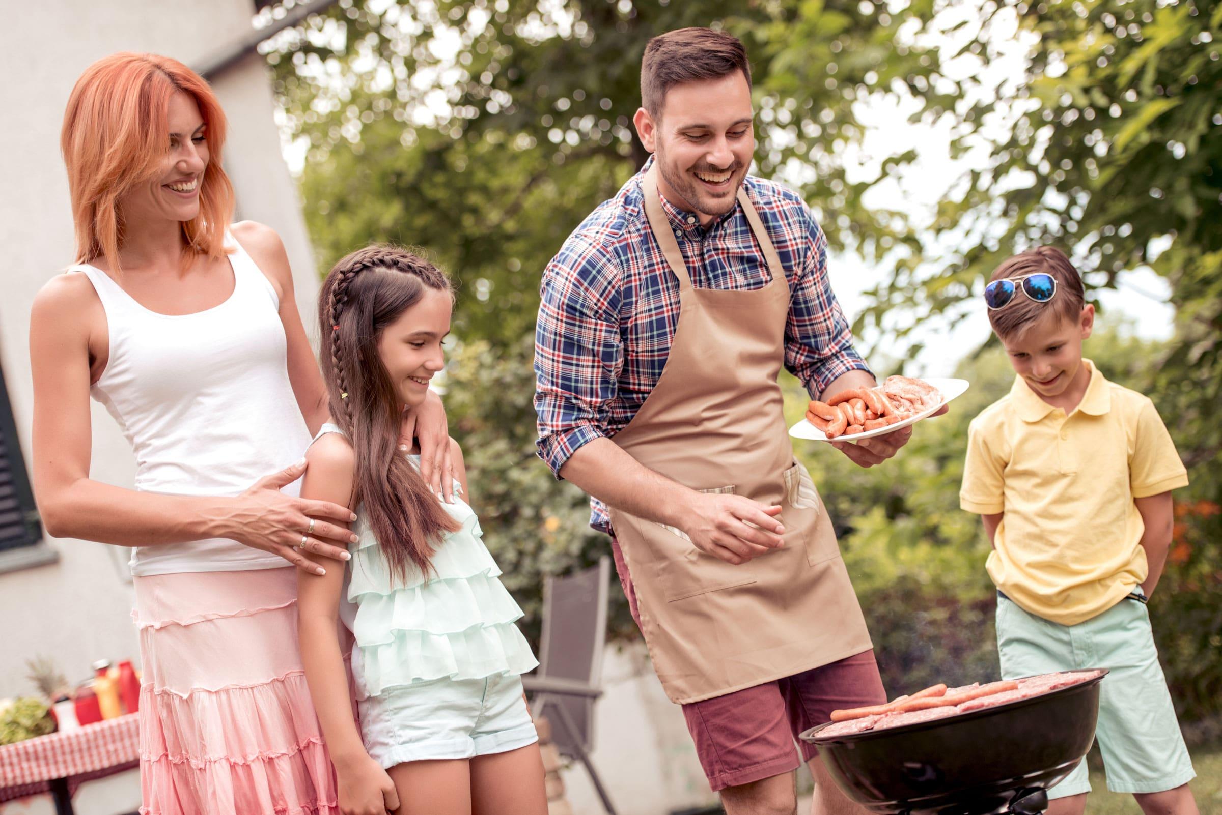 Gemeinsam mit der Familie natürliche Produkte genießen - das ist der aktuelle Grill-Trend.